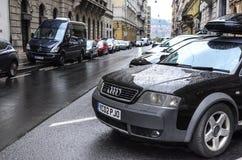 Αυτοκίνητα στο χώρο στάθμευσης οδών μια βροχερή ημέρα Στοκ εικόνα με δικαίωμα ελεύθερης χρήσης