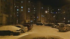 Αυτοκίνητα στο χώρο στάθμευσης τη νύχτα απόθεμα βίντεο