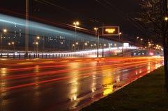 Αυτοκίνητα τη νύχτα Στοκ φωτογραφία με δικαίωμα ελεύθερης χρήσης