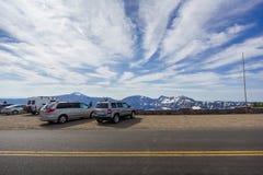Αυτοκίνητα τουριστών που σταθμεύουν κατά μήκος του φυσικού Drive πλαισίων εθνικών οδών στη λίμνη κρατήρων Στοκ Εικόνες