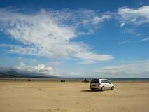 Αυτοκίνητα των τουριστών που απολαμβάνουν μια ημέρα στην ευρεία παραλία Harlech Στοκ εικόνες με δικαίωμα ελεύθερης χρήσης
