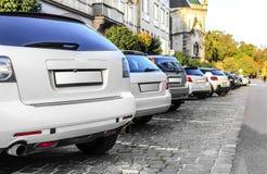 Αυτοκίνητα χώρων στάθμευσης στην πόλη Στοκ φωτογραφία με δικαίωμα ελεύθερης χρήσης