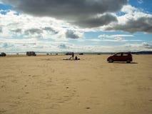 Αυτοκίνητα dcampers των τουριστών που απολαμβάνουν μια ημέρα στην ευρεία παραλία ο Στοκ εικόνες με δικαίωμα ελεύθερης χρήσης