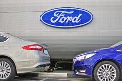 Αυτοκίνητα Ford Mondeo και λογότυπο της εταιρίας της Ford Στοκ φωτογραφίες με δικαίωμα ελεύθερης χρήσης