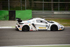 Αυτοκίνητο αμαρτίας R1 GT4 που συναγωνίζεται σε Monza Στοκ φωτογραφία με δικαίωμα ελεύθερης χρήσης