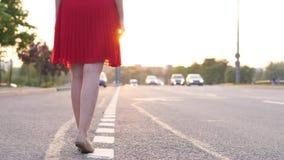 Αυτοκίνητο αναμονής αριθμού γυναικών στην άκρη του δρόμου απόθεμα βίντεο