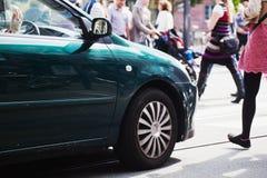 Αυτοκίνητο αναμονής σε ένα ζέβες πέρασμα στοκ φωτογραφία με δικαίωμα ελεύθερης χρήσης