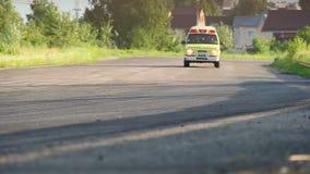 Αυτοκίνητο ασθενοφόρων με τη σειρήνα στην οδήγηση της διαδρομής φυλών ερήμων απόθεμα βίντεο