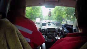 Αυτοκίνητο ασθενοφόρων που ορμά κατά μήκος της στενής οδού στην κλήση έκτακτης ανάγκης, άποψη από την καμπίνα φιλμ μικρού μήκους