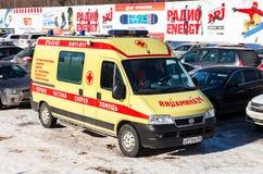 Αυτοκίνητο ασθενοφόρων που σταθμεύουν επάνω στην ηλιόλουστη ημέρα Στοκ Εικόνες