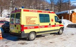 Αυτοκίνητο ασθενοφόρων που σταθμεύουν επάνω στην ηλιόλουστη ημέρα Στοκ εικόνα με δικαίωμα ελεύθερης χρήσης
