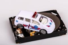 Αυτοκίνητο ασθενοφόρων στο σκληρό δίσκο ή hdd - έννοια διάσωσης στοιχείων Στοκ Εικόνες
