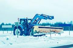 """Αυτοκίνητο αφαίρεσης χιονιού στο δρόμο Ï""""Î¿ χειμώνα Φινλανδία ΡοβανιέμΠστοκ εικόνες με δικαίωμα ελεύθερης χρήσης"""