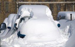 Αυτοκίνητο κάτω από το χιόνι Στοκ φωτογραφία με δικαίωμα ελεύθερης χρήσης