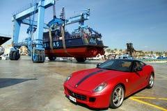 Αυτοκίνητο και ακτοφυλακή Ferrari πέρα από ένα travelift στην πόλη της Αλικάντε στοκ εικόνα