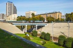 Αυτοκίνητο και για τους πεζούς γέφυρα πέρα από τις διαδρομές σιδηροδρόμου στο κέντρο στοκ εικόνες με δικαίωμα ελεύθερης χρήσης