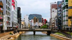 Αυτοκίνητο και κυκλοφορία ανθρώπων κατά τη διάρκεια της ημέρας στο κέντρο του Φουκουόκα, Ιαπωνία απόθεμα βίντεο