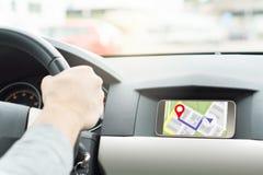 Αυτοκίνητο και πλοήγηση ατόμων οδηγώντας Κινητό app στο smartphone Στοκ εικόνες με δικαίωμα ελεύθερης χρήσης