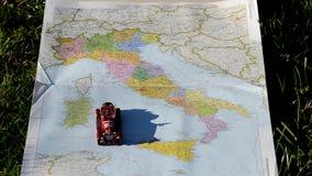 Αυτοκίνητο και χάρτης της Ιταλίας απόθεμα βίντεο