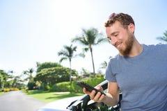 Αυτοκίνητο και smartphone app - άτομο που sms στο τηλέφωνο Στοκ Εικόνες