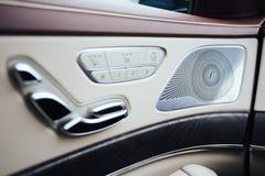 αυτοκίνητο μέσα Εσωτερικό του σύγχρονου αυτοκινήτου γοήτρου Έλεγχος κλίματος, υψηλός - τελειώστε τους υγιείς ομιλητές, μνήμη καθι στοκ φωτογραφία