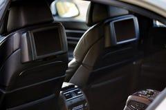 αυτοκίνητο μέσα Εσωτερικό του σύγχρονου αυτοκινήτου πολυτέλειας γοήτρου Δύο παρουσιάσεις Στοκ εικόνα με δικαίωμα ελεύθερης χρήσης