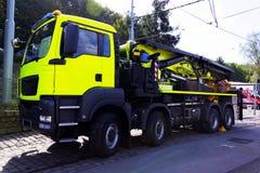 αυτοκίνητο με μια πλατφόρμα στις διαδρομές επισκευής Στοκ φωτογραφία με δικαίωμα ελεύθερης χρήσης