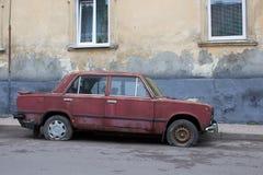 Αυτοκίνητο με τις τρυπημένες ρόδες Στοκ Εικόνες