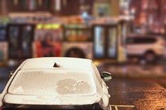 Αυτοκίνητο με τον παγωμένο ανεμοφράκτη Στοκ Φωτογραφίες