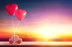 Αυτοκίνητο με Ballons καρδιών - ημέρα βαλεντίνων εισερχόμενη Στοκ εικόνα με δικαίωμα ελεύθερης χρήσης