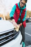 αυτοκίνητο οι νεολαίες γυναικών πλύσης της στοκ εικόνες