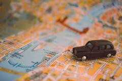Αυτοκίνητο παιχνιδιών σε έναν χάρτη πόλεων μικρό ταξίδι χαρτών του Δουβλίνου έννοιας πόλεων αυτοκινήτων Στοκ Φωτογραφίες