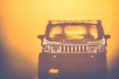 Αυτοκίνητο παιχνιδιών hummer στο ηλιοβασίλεμα φύσης στοκ εικόνες