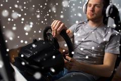 Αυτοκίνητο παιχνιδιού ατόμων που συναγωνίζεται το τηλεοπτικό παιχνίδι στο σπίτι Στοκ εικόνες με δικαίωμα ελεύθερης χρήσης