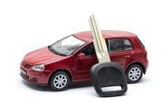 Αυτοκίνητο παιχνιδιών και αυτοκίνητο κλειδιών στο άσπρο υπόβαθρο Στοκ Εικόνα