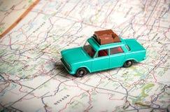 Αυτοκίνητο παιχνιδιών σε έναν οδικό χάρτη στοκ φωτογραφίες με δικαίωμα ελεύθερης χρήσης