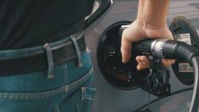 Αυτοκίνητο πλήρωσης ατόμων με τα καύσιμα diesel Χέρι ατόμων ` s που χρησιμοποιεί μια αντλία πετρελαίου για να γεμίσει το αυτοκίνη απόθεμα βίντεο