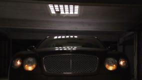 Αυτοκίνητο πολυτέλειας που σταθμεύουν στο υπόγειο γκαράζ, που αναβοσβήνει με τα φω'τα, κατηγορία ασφαλίστρου απόθεμα βίντεο
