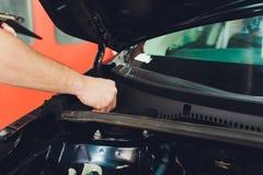 Αυτοκίνητο που απαριθμεί τη σειρά: Το γυαλί που ντύνει την τελική διαδικασία, εγκατάσταση κάτω από την κουκούλα τοποθετεί κάτω απ στοκ εικόνες