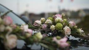 Αυτοκίνητο που διακοσμείται με τα λουλούδια φιλμ μικρού μήκους