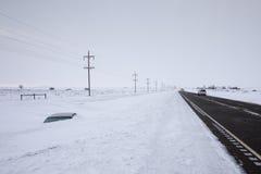 Αυτοκίνητο που θάβεται στη στέγη του στο βαθύ χιόνι όχι μακριά από το δρόμο Βόρεια Ντακότα, ΗΠΑ στοκ εικόνα