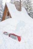 Αυτοκίνητο που θάβεται στο χιόνι λόγω της υψηλής χιονοθύελλας χιονιού Στοκ Εικόνα
