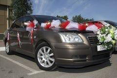 Αυτοκίνητο που διακοσμείται με τα λουλούδια και τις κορδέλλες για το γάμο Στοκ Φωτογραφίες