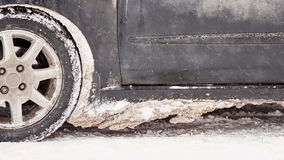 Αυτοκίνητο που καλύπτεται με το χιόνι και τον πάγο μετά από χιονοπτώσεις Στοκ Φωτογραφία