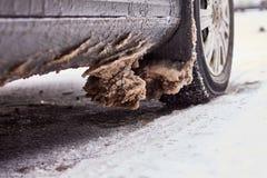 Αυτοκίνητο που καλύπτεται με το χιόνι και τον πάγο μετά από χιονοπτώσεις Στοκ Εικόνα