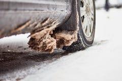 Αυτοκίνητο που καλύπτεται με το χιόνι και τον πάγο μετά από χιονοπτώσεις Στοκ εικόνες με δικαίωμα ελεύθερης χρήσης