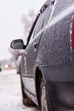 Αυτοκίνητο που καλύπτεται με το χιόνι και τον πάγο μετά από χιονοπτώσεις Στοκ Εικόνες