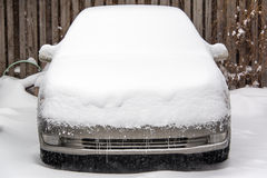 Αυτοκίνητο που καλύπτεται στο χιόνι Στοκ Εικόνα