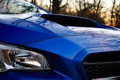 Αυτοκίνητο που κοιτάζει πέρα από τη σέσουλα κουκουλών Στοκ εικόνα με δικαίωμα ελεύθερης χρήσης