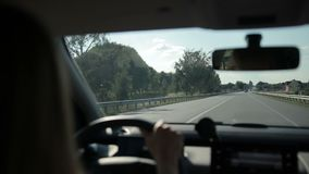 Αυτοκίνητο που οδηγά στην εθνική οδό στον ήλιο φιλμ μικρού μήκους